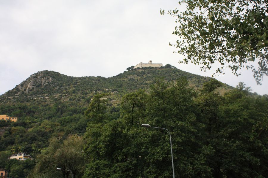 widok na klasztor z Cassiono