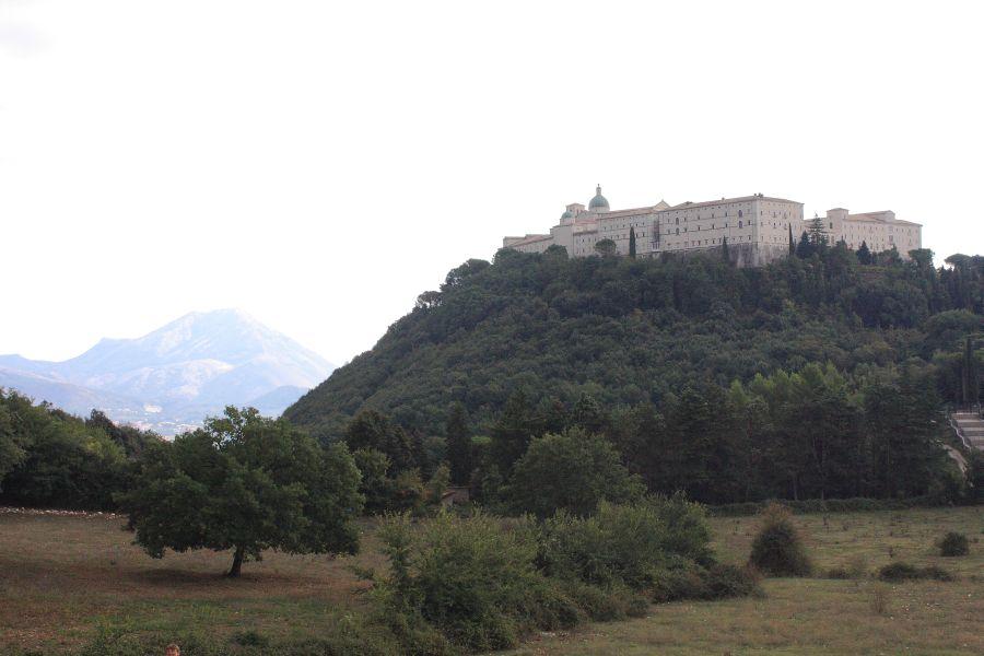 widok na klasztor z cmentarza